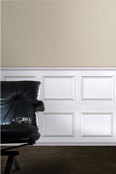 papier peint imitation boiseries moulures blanches style haussmann Koziel