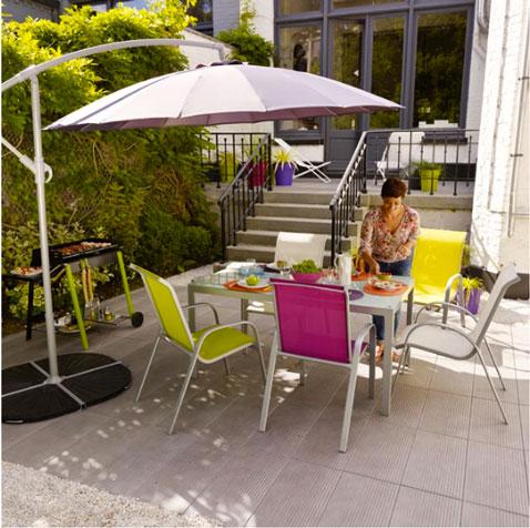 table de jardin aux couleurs vives