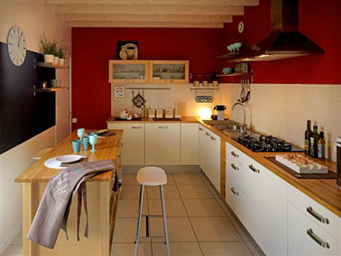 Peinture Cuisine Couleur Rouge Intense Pour Les Murs Avec Meubles Couleur Blanc Cass Grand Panneau