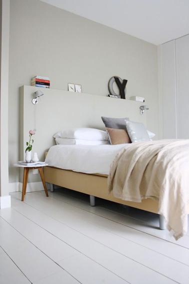 chambre beige et blanche pour une ambiance zen la tete de lit originale est realisee