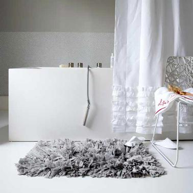 Ambiance Apaisante Dans Cette Salle De Bain En Degrade De Gris Et Blanc Pour La Peinture
