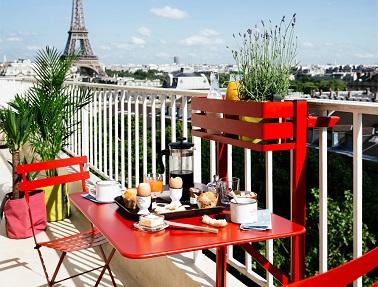 balcon et petite terrasse avec fermob