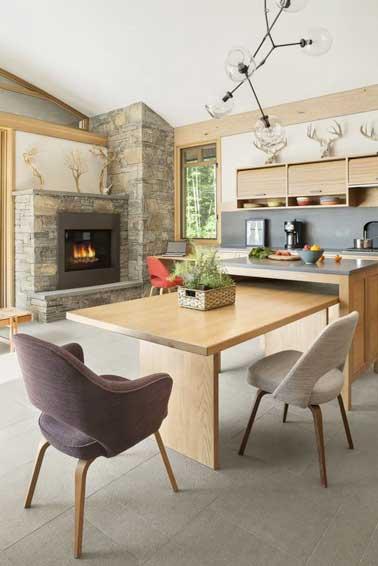 coin repas dans la cuisine bois d une maison de campagne
