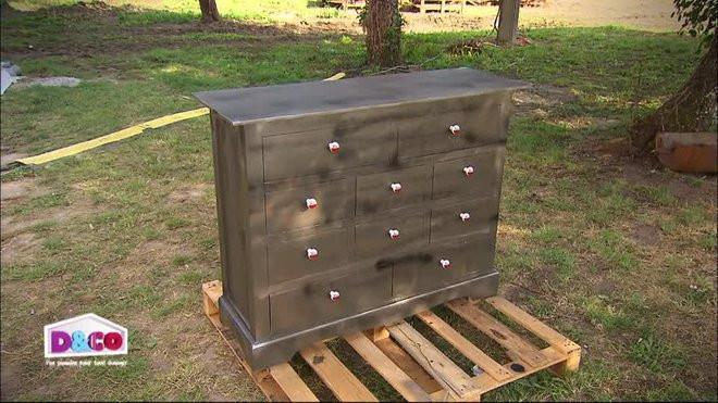 effet metallise a un meuble en bois
