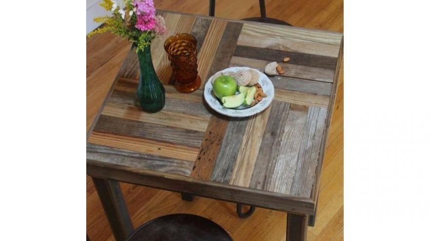 une table basse avec des palettes