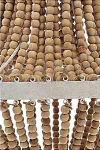 Suspension métal et bois perles Westwing-decorez-votre-entree