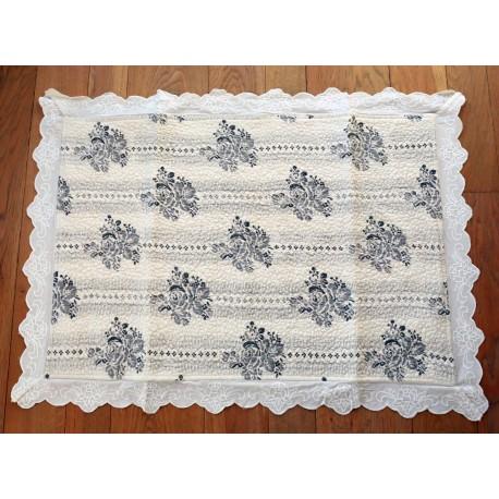 tapis de bains papier peint ivoire de chez coquecigrues pour une deco shabby chic