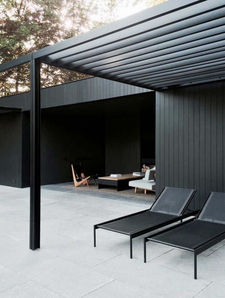 une maison design toute en longueur ouverte sur la piscine decocrush. Black Bedroom Furniture Sets. Home Design Ideas