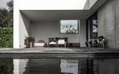 Une maison moderne où le béton et le bois sombre sont les rois sur @decocrush - www.decocrush.fr
