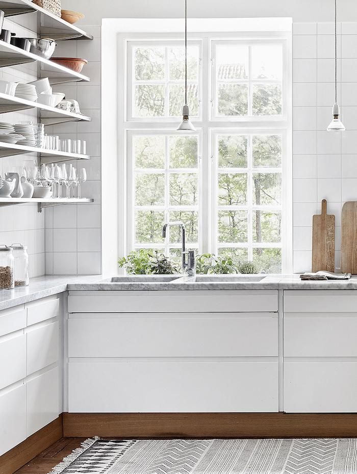 Une cuisine authentique blanche sur plinthe en bois doré