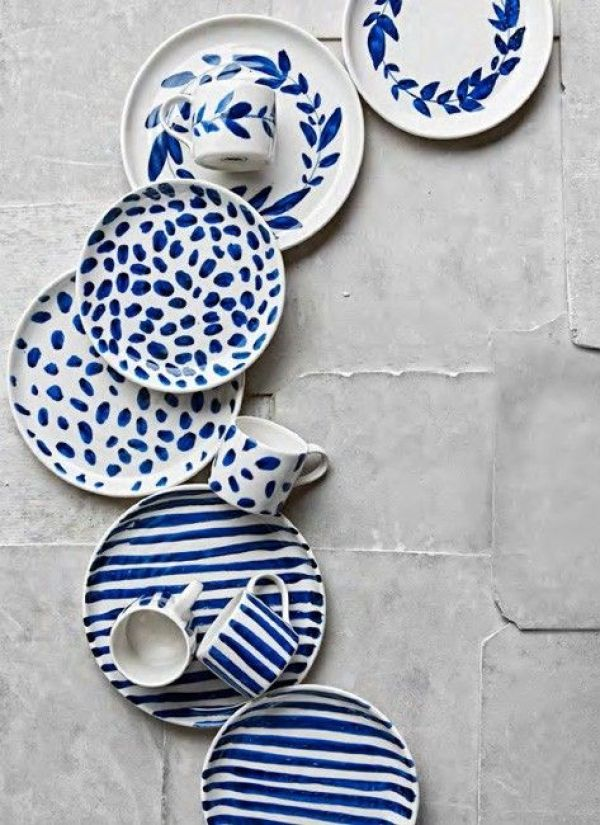 Note to myself : prendre le temps de customiser ma vaisselle en porcelaine blanche avec des touches d'indigo très graphiques
