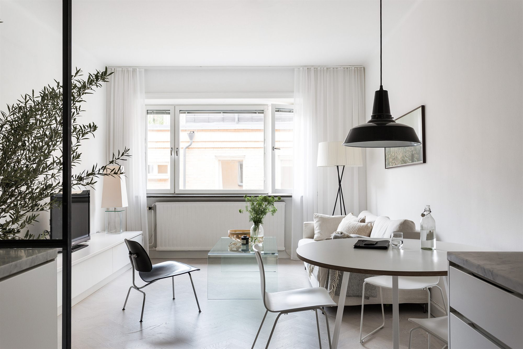 latest un petit appartement tout blanc with petit appartement design. Black Bedroom Furniture Sets. Home Design Ideas