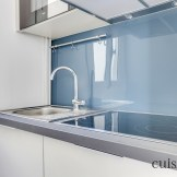 Jolie crédence en verre bleu pour une touche déco très moderne (@cuisishop)