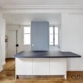 Un îlot sur mesure qui sert aussi de table à manger (Optimisation de l'espace dans une petite cuisine parisienne (@cuisishop)