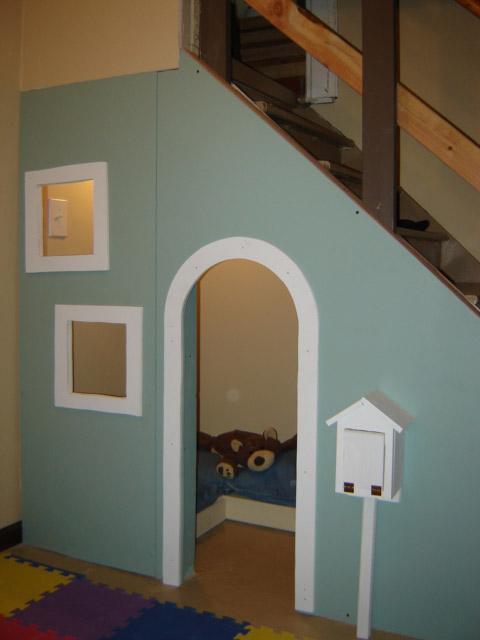 Una casita de juegos en el hueco de la escalera