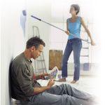pareja pintando casa