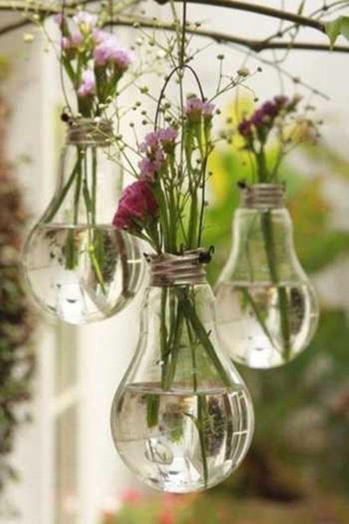 idea para reciclar viejas bombillas incadescentes como jarrones para flores