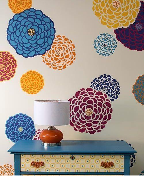 flores en la pared con stencil o estarcido