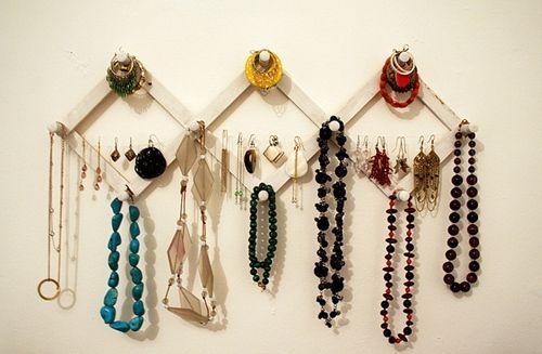 Ideas para hacer un colgador de collares de pared decorando 9