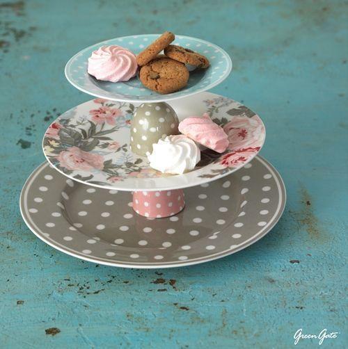 Cómo hacer una base para cupcakes con vajillas para una mesa vintage 1