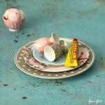 Cómo hacer una base para cupcakes con vajillas para una mesa vintage 2