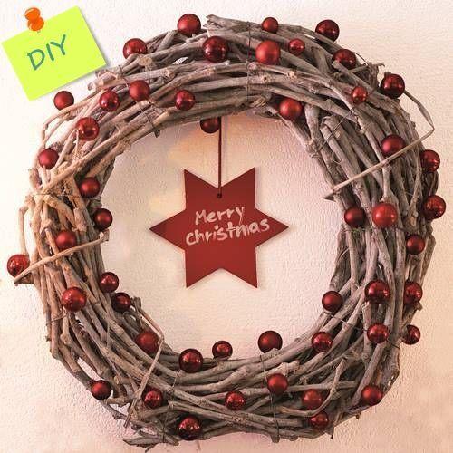 Manualidades para decorar coronas de Navidad con ramas secas