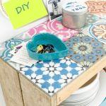 Hacer muebles con palets: ¡éste con baldosa geométrica es espectacular!