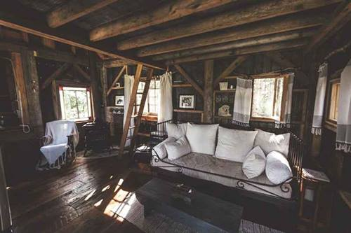 Genuina cabaña de madera sobre los árboles para vivir 4