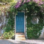 puerta turquesa rústica en patio cordobés