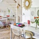 Una casa llena de colores vibrantes entre sencillos muebles vintage 3