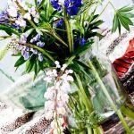 Jarrones con flores para decoración de interiores