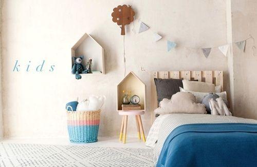 Ideas para decorar con una estantería casita de madera 13