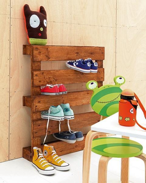 Muebles con palets reciclados para decorar con estilo: un divertido zapatero para la habitación infantil.