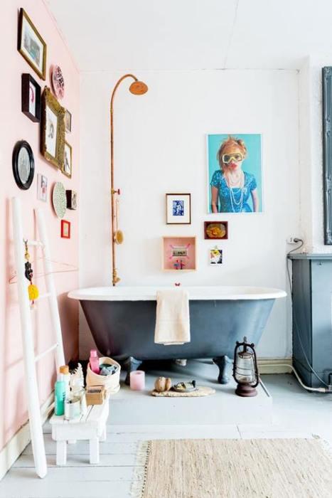 Baños vintage con bañeras con patas esmaltadas en dos tonos distintos dentro y fuera.
