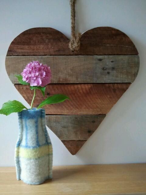 Ideas para decorar una casa con corazones de madera reciclada 1