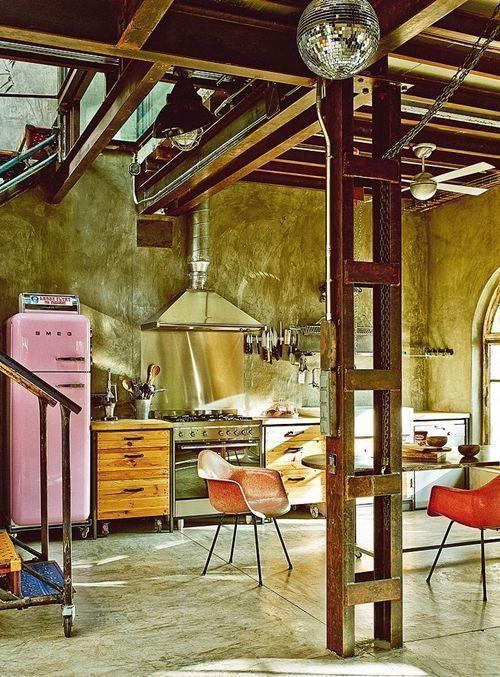 Casas con encanto loft con estilo industrial y muebles reciclados 4