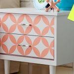 Pintar muebles con plantillas para personalizar mesillas y cómodas