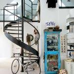 Escaleras de caracol para aligerar los espacios en las viviendas