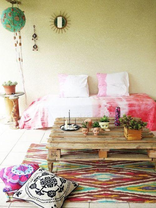 Ambiente boho chic con muebles con palets originales como la mesa baja de centro.