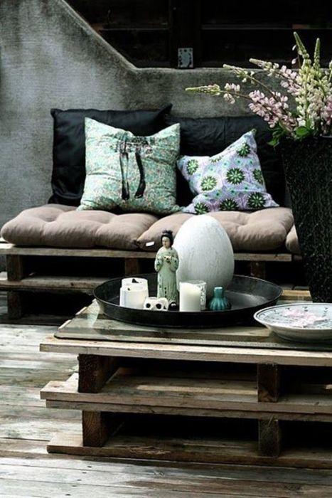 Creación de muebles con palets originales en madera envejecida: mesa y sofá.