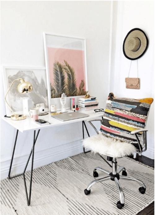 Silla de oficina con estilo en despacho en casa sencillo para trabajar con el ordenador portátil.