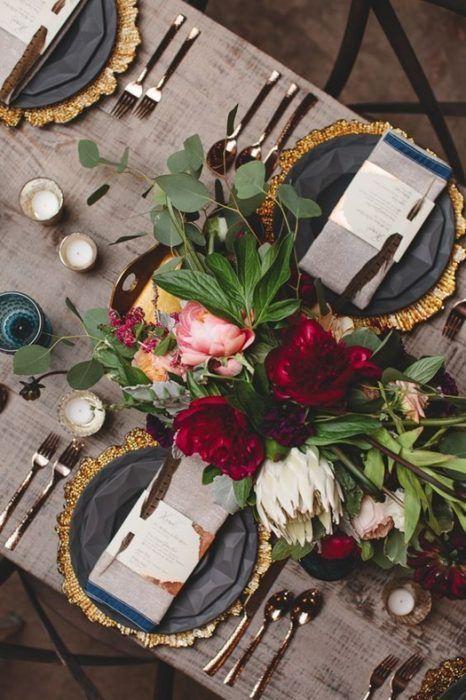 La mezcla de elementos sobre la madera de las mesas de comedor rústicas es una tendencia en alza.