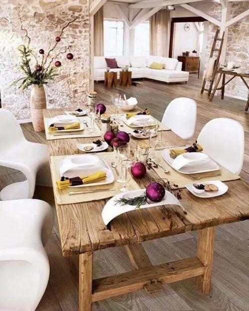Mesas de comedor rústicas en contraste con sillas modernas.