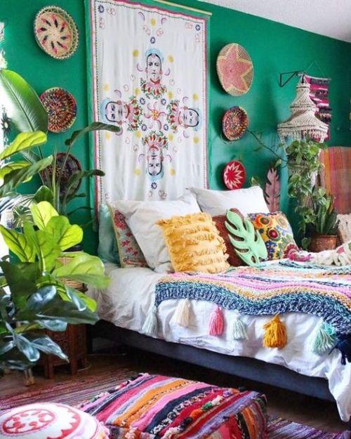 Decorar con plantas artificiales de gran tamaño y hoja verde inspiradas en las plantas de interior tropicales.
