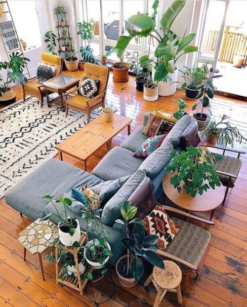 Decorar con plantas artificiales de gran naturalidad creando un ambiente urban jungle.
