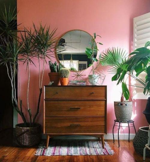 Ideas decoración salón: una cómoda que sale de la habitación para imprimir un sello especial a un rincón.