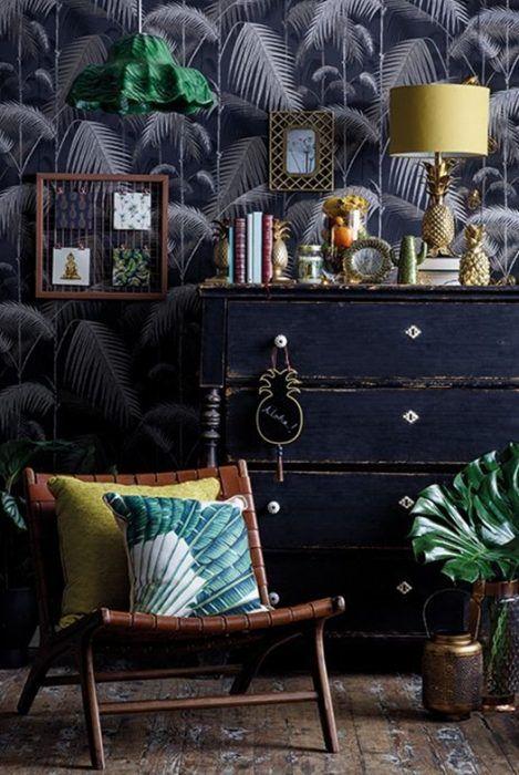 Ideas decoración salón: una cómoda de estilo vintage con objetos de latón.