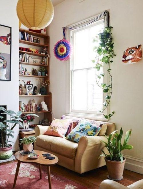 Ideas decoración salón con una estantería llena de objetos de colección.