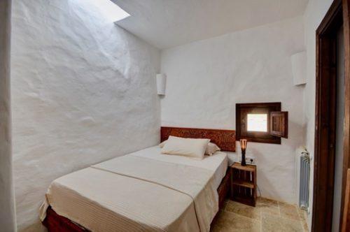 Habitación rústica en casas con encanto en Ibiza.