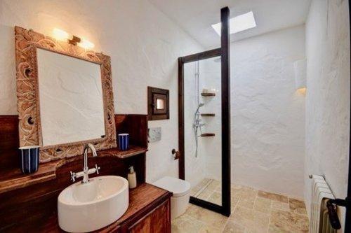 Cuarto de baño rústico glam en casa con encanto en Ibiza.